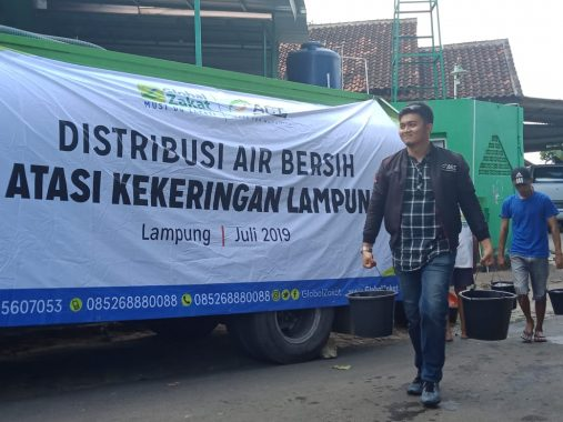 Bagikan Air di RT 7 Lingkungan 1 Kelurahan Susunanbaru Tanjungkarang Barat, ACT Dianggap Warga Dewa Penyelamat