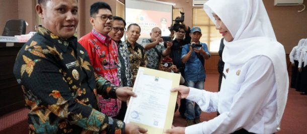 Plt Bupati Lampung Selatan Serahkan SK CPNS 28 Bidan PTT Berusia di Atas 35 Tahun