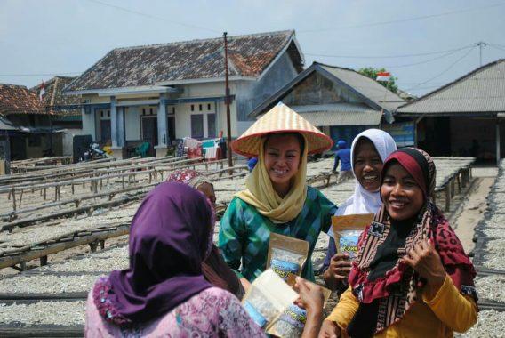 Pitka Menoza Sapa Hangat Ibu-Ibu Pulau Pasaran
