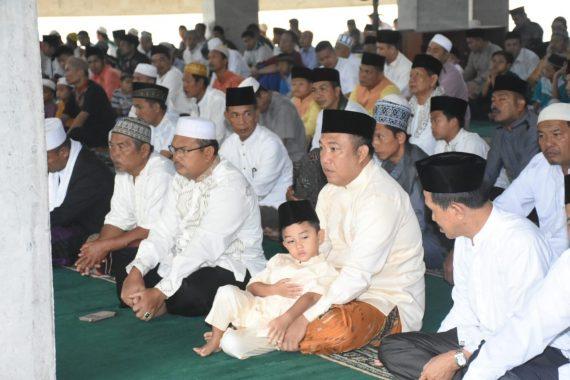 Bupati Umar Ahmad dan Wakil Bupati Fauzi Hasan Salat Id di Masjid Baitus Shobur Islamic Center Tulangbawang Barat