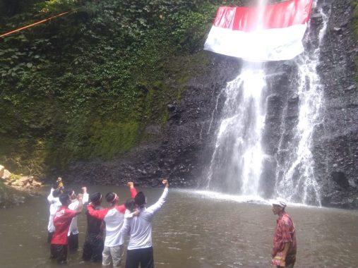 Mantul! Warga Sukaraja Lamsel Kibarkan Bendera di 17 Meter Air Terjun Way Tayas Kaki Gunung Rajabasa