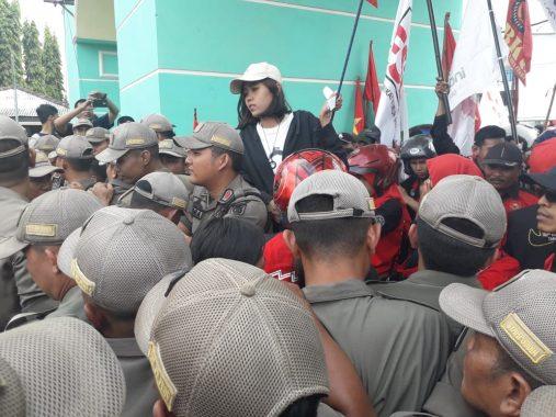 Pendemo Saling Dorong dengan Pol PP Pemprov Lampung