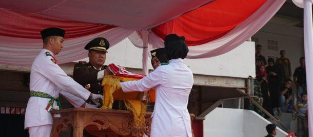 HUT RI Ke-74, Kajari Lampung Selatan Pimpin Upacara Penurunan Bendera Merah Putih