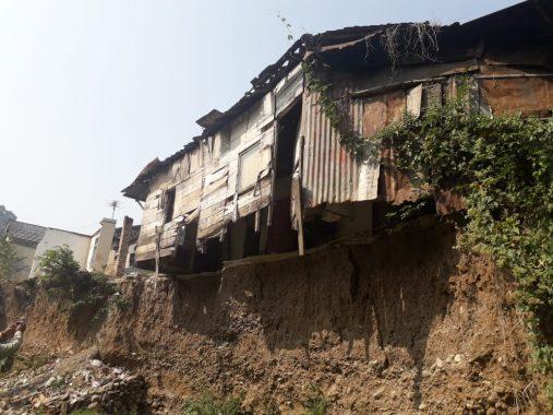 Separuh Rumah Kakek Kasja dan Nenek Njum di Keteguhan Longsor, Harap Bantuan Pemkot Bandar Lampung