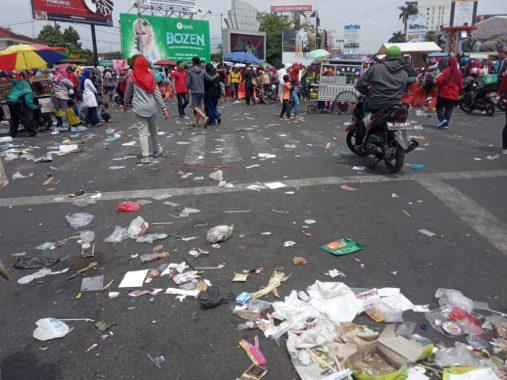 Sampah Berserakan Selama Jalan Sehat Majelis Taklim Rachmat Hidayat Pimpinan Eva Dwiana