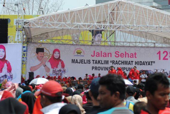 Ribuan Orang Ikuti Jalan Sehat Majelis Taklim Rachmat Hidayat Pimpinan Eva Dwiana