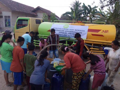 IZI Lampung Bagikan Air Bersih Warga Umbul Metro Candimas Lampung Selatan