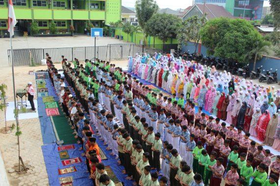 Keluarga Besar Sekolah Islam Terpadu Permata Bunda Bandar Lampung Salat Minta Hujan