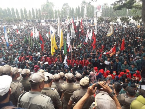 Diguyur Hujan, Ribuan Mahasiswa Bertahan Demo di Gedung DPRD Lampung