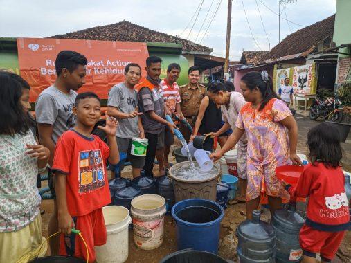 Rahmat Mirzani Djausal Care Distribusikan Air Bersih ke Warga Bandar Lampung