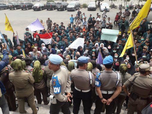Ratusan Mahasiswa Demo di Gedung DPRD Lampung