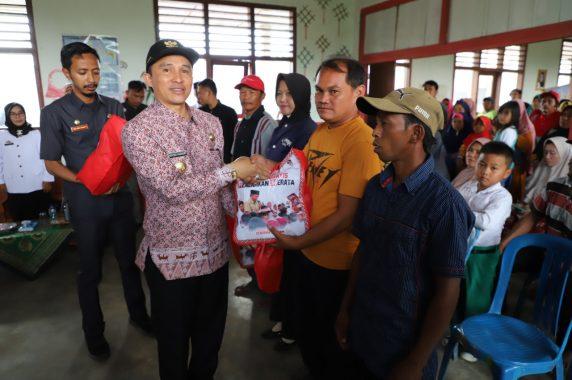 Pemkab Lampung Barat Serahkan Seragam Gratis Peserta Didik Baru