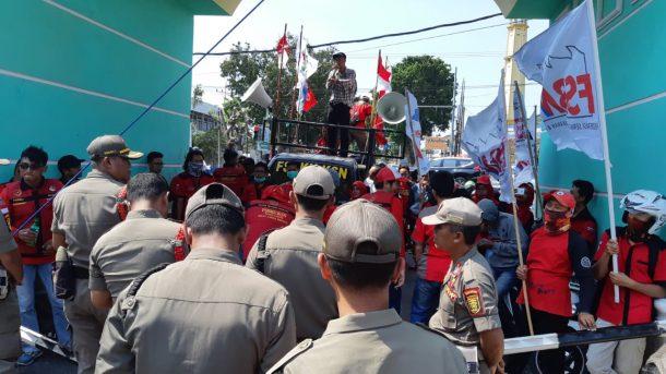Massa Buruh di Lampung Minta Upah di Atas Rp3 Juta