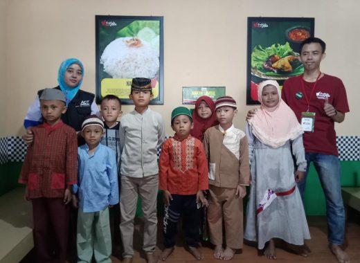 ACT Lampung dan Sambel Alu Ajak Anak Yatim Makan Bersama