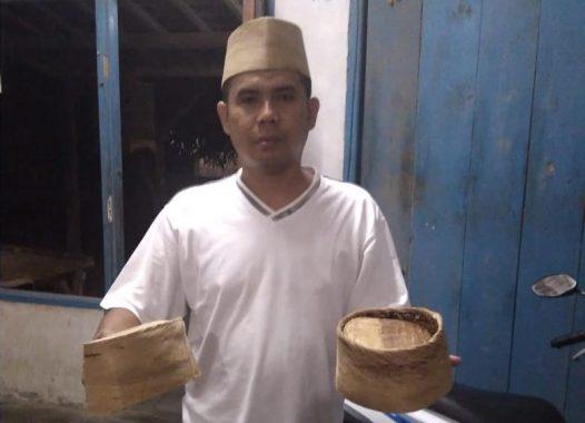 Trianto Tekuni Usaha Topi dan Peci dari Sabut Kelapa