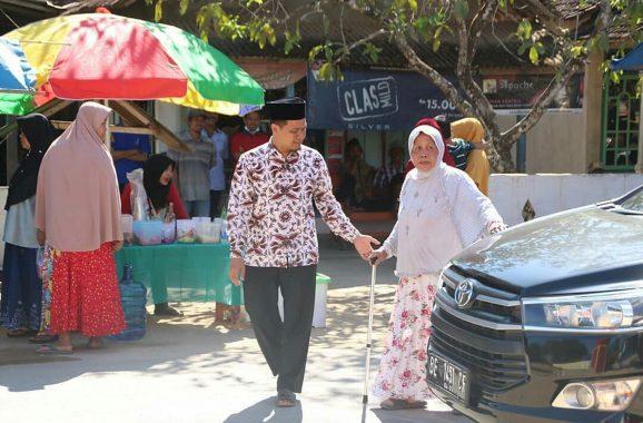 Ajak Ibunda Tercinta Siti Rahmah, Mufti Salim Nyoblos Pemilihan Kepala Kampung Sendang Agung Lampung Tengah