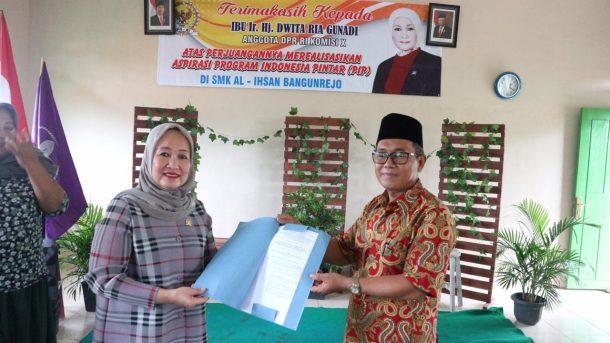Salurkan Beasiswa Indonesia Pintar Rp8,05 Miliar, Dwita Ria Gunadi: Jangan Buat Beli Handphone Baru Ya