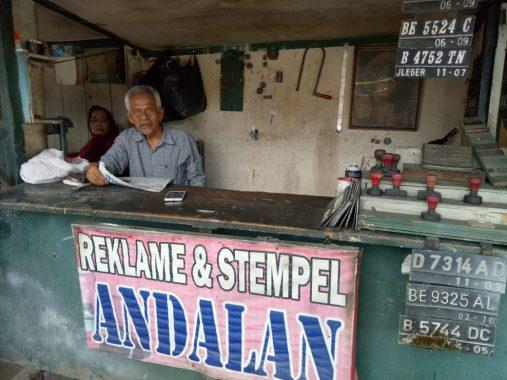 Suwardi 30 Tahunan Andalkan Hidup dari Usaha Bikin Stempel dan Reklame