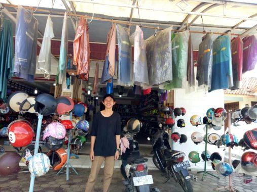 Musim Hujan Jadi Berkah Penjual Mantel di Bandar Lampung