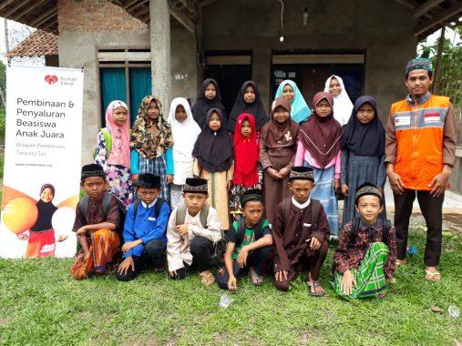 Rumah Zakat Salurkan Beasiswa Yatim dan Duafa