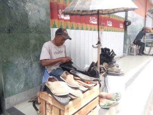 Junaidi Tukang Sol Sepatu di Bandar Lampung Tiap Bulan Bisa Raup Rp5 Juta