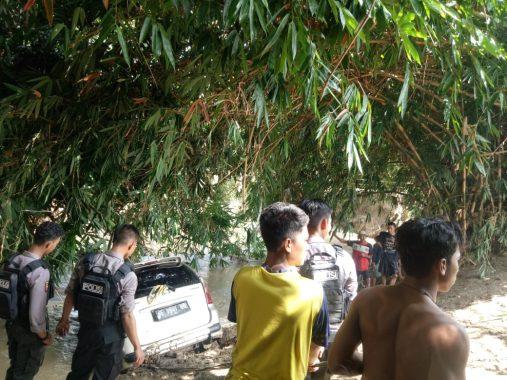 Warga Angkat Xenia Terbawa Arus Banjir di Sungai Desa Bagelen Gedong Tataan Pesawaran