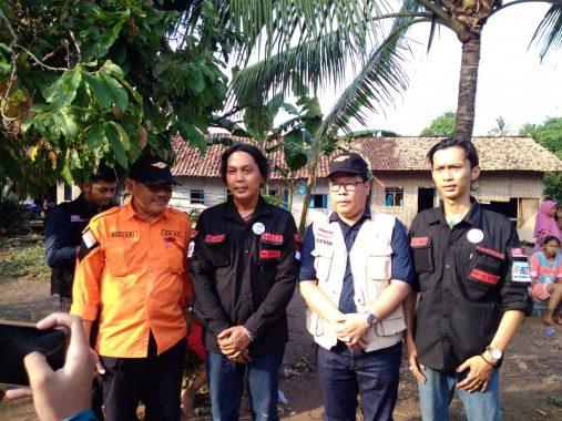Relawan MRI-ACT Lampung dan Sekda Pesawaran Bantu Korban Banjir