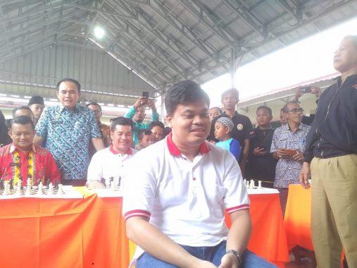 Meriahkan Turnamen Catur Pelajar Japfa, Tak Lihat Papan, Grandmaster Susanto Megaranto Atasi Kepala Kemenag Lampung Selatan Juanda Naim