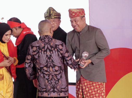 Advertorial: Umar Ahmad Terima Anugerah Kebudayaan PWI Pusat Pada Hari Pers Nasional