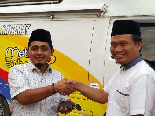 Ahmad Mufti Salim Serahkan Mobil Layanan dan Ambulans Metro Bahagia