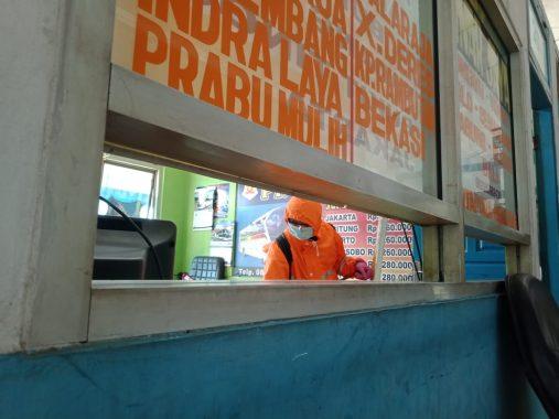 Relawan ACT Lampung Semprotkan Disinfektan di Terminal Rajabasa