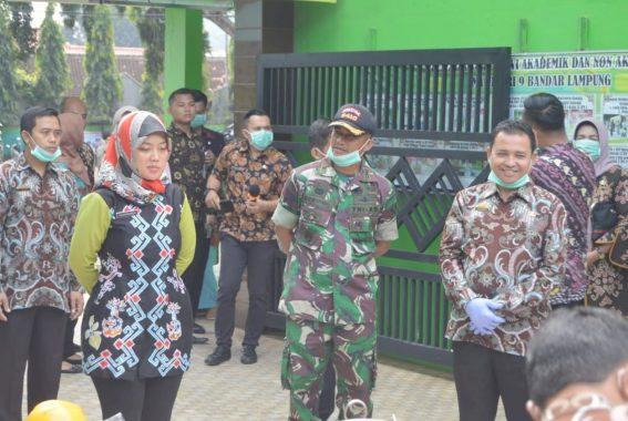 Anggota Fraksi PKS DPRD Lampung Heni Susilo Bagikan Masker di Gisting Tanggamus