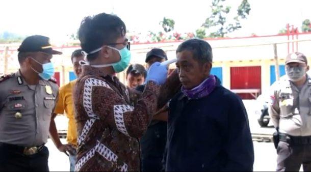 Pengendara Masuk Lampung Barat Diperiksa Kesehatan, Kendaraan Disemprot Disinfektan