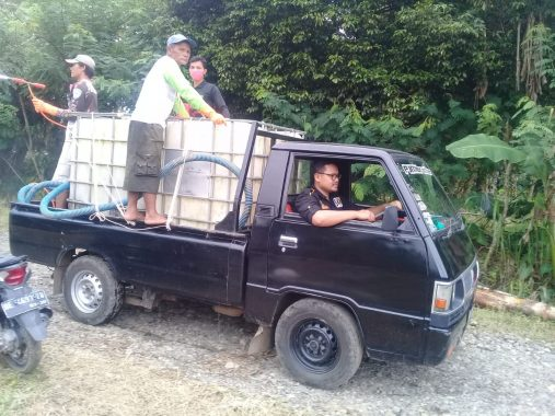 Anggota Fraksi PKS DPRD Tanggamus Nursalim Ahyono Keliling Semprotkan Disinfektan di Gisting