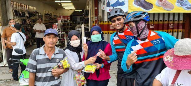 Komunitas Gowes Lampung Bagi-Bagikan Masker dan Hand Sanitizer