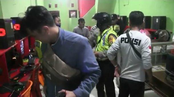 Petugas Polsek Tanjungkarang Barat Bubarkan Aktivitas di Kafe dan Game Center, Seorang Pengunjung Sempat