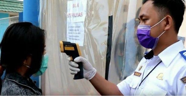 Penumpang Kendaraan Umum Diperiksa Suhu Tubuh Saat Masuk Kota Bandar Lampung