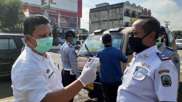 Cegah Virus Corona, Dishub Lampung Selatan Semprot Disinfektan Angkot di Jalan Raya Natar