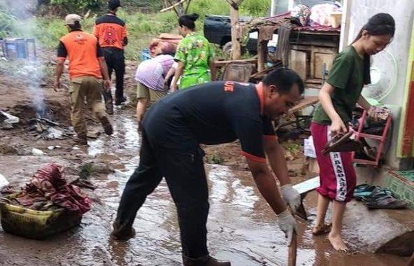 Ma'rufi Pimpin Pengurus PKS Telukbetung Timur Bantu Korban Banjir Kampung Sinarmulya Keteguhan
