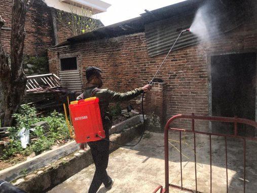 Kader IMM Universitas Muhammadiyah Lampung Semprotkan Disinfektan