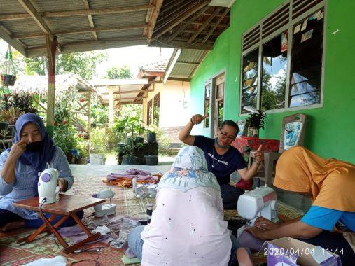 Perajin Binaan Dekranasda Lampung Bikin Masker