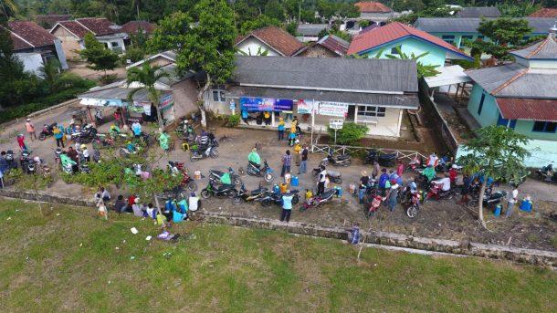 Relawan Desa Mandalasari Lampung Timur Semprotkan Disinfektan Massal ke Rumah Penduduk