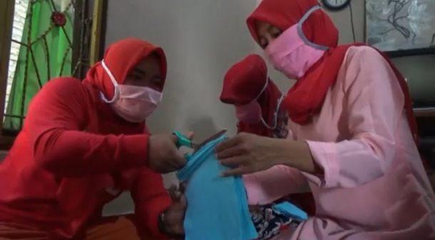 Ibu-ibu Kampung Sukanegara Bangunrejo Lampung Tengah Produksi Masker