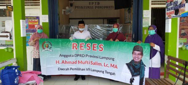 Reses, Ahmad Mufti Salim Bagikan Alat Pelindung Diri di Puskesmas Poncowati