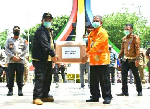 Gubernur Arinal Serahkan Bantuan 1000 masker kepada Pemkot Metro
