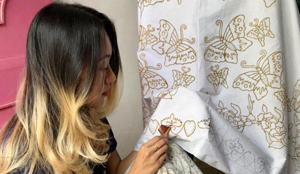 Model Lampung Arrum, Makin Cantik Kala Membatik