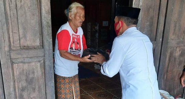 Bagi Nasi Hari Ke-49, Dapur Umum Dibantu Tamu Agung, Antoni Imam Sambangi Warga Desa Sidoharjo dan Sidomakmur
