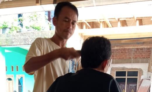 Puasa Duafa: Sepi Pelanggan, Aji Buka Jasa Pangkas Rambut di Beranda Rumah