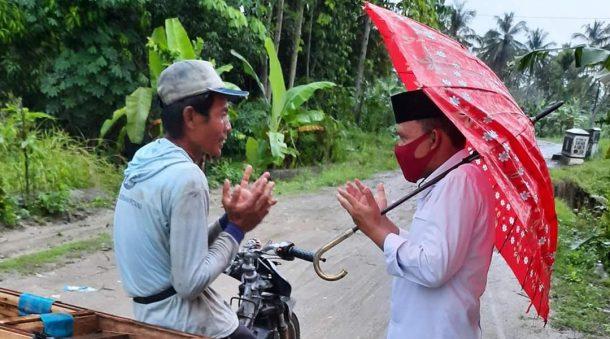 Diguyur Hujan, Antoni Imam Bagikan Nasi dan Masker di Dusun Rantau Makmur Palas Lampung Selatan