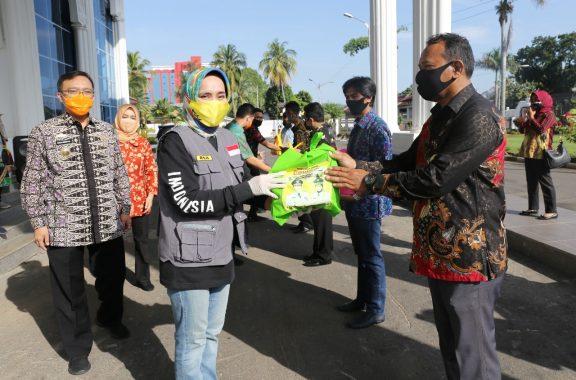 Riana Sari Arinal Salurkan 500 Paket Bahan Pokok untuk Anggota Koperasi Mina Jaya